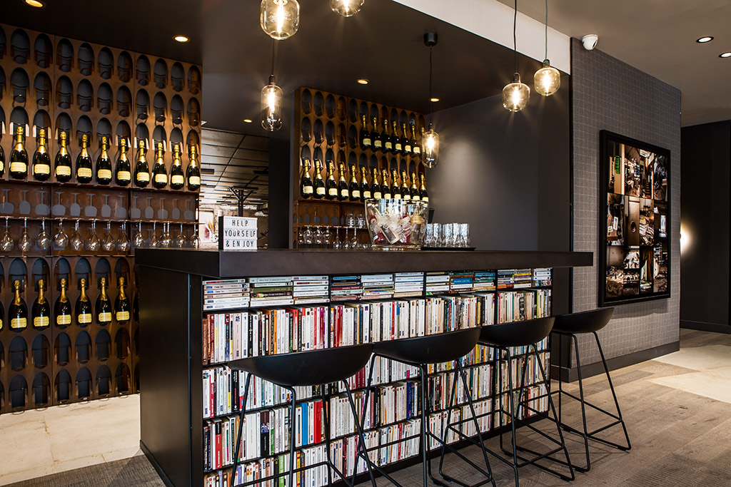 bar métal bibliothèque